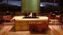 【ロビー】冬にはあたたかい暖炉でお出迎えいたします。