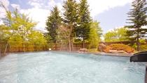 【男性露天風呂】開放的な露天風呂で、日中は四季に彩られる庭園を、夜は満点の星空をお楽しみください。