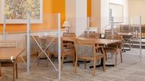 【当館の取り組み】レストランでは、テーブル間をパーテーションで隔てています。