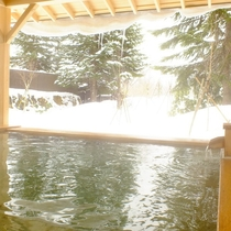 ヒノキが香る露天風呂で雪見温泉を堪能(女性用)