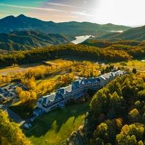 鮮やかに染まる秋のホテル(上空より)