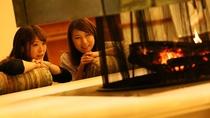 【ロビー】暖かな暖炉の火に癒されて・・・