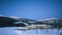 【冬】雪原にたたずむ当館