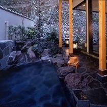 【温泉】自然あふれる露天風呂では、澄んだ空気と心地よい湯ざわりをお楽しみいただけます。