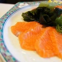 【お料理 刺身】 塩焼きと同じく、中川で朝釣った新鮮な虹鱒(ニジマス)をお刺身にしました。
