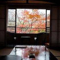 【和室一例】2階のお部屋からは、四季折々の広大な山々の景色をご覧いただけます。