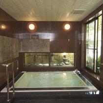 大理石風呂の浴場の窓からは、情緒ある日本庭園をご覧いただけます。