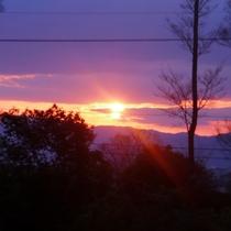 毎日異なる色の夕焼け。自然が作る一瞬に心が奪われます。