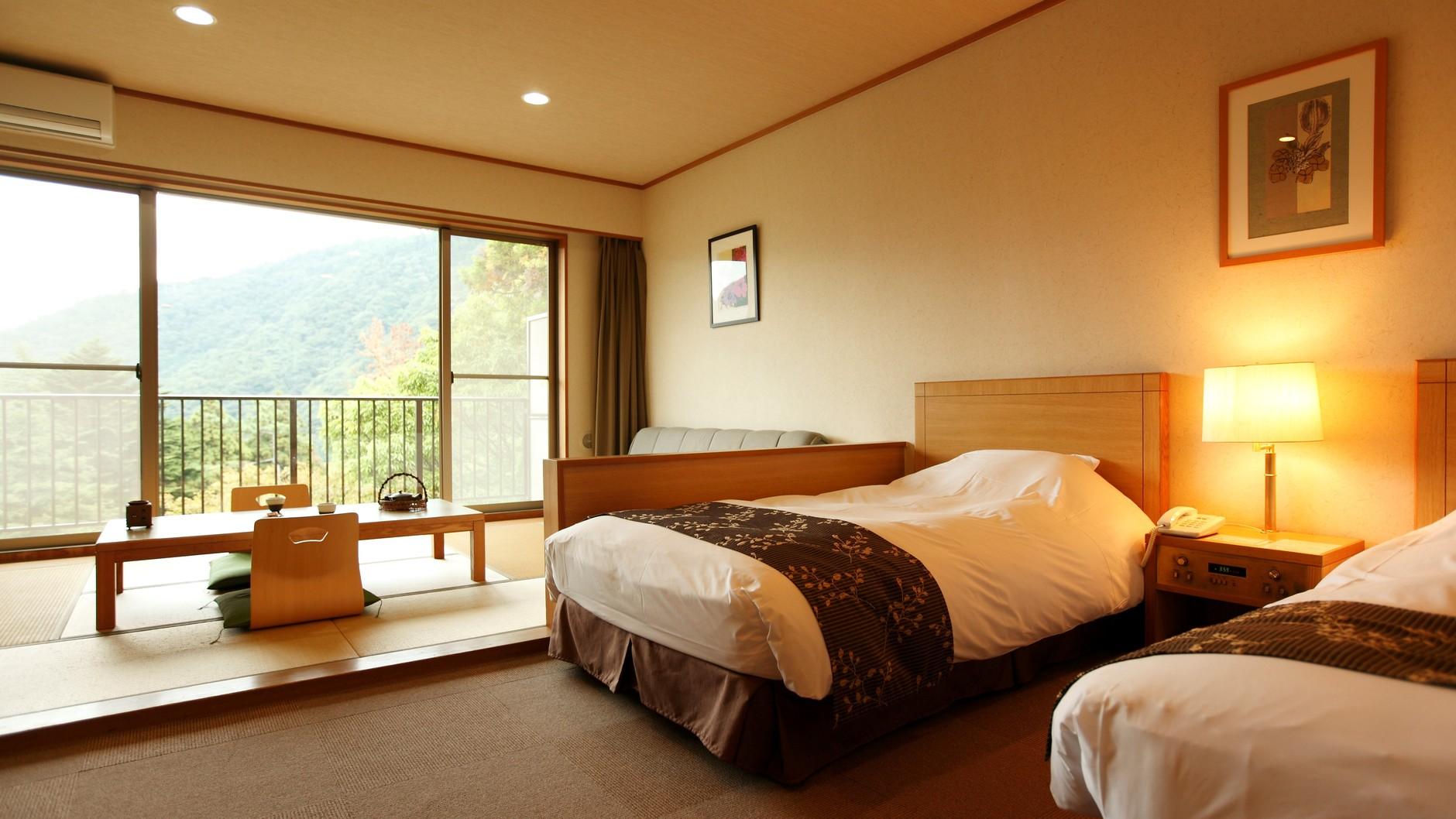 ベッド2台と畳スペースがあり、カップル、ご夫婦には広々と、ファミリーやグループにもおすすめの客室。