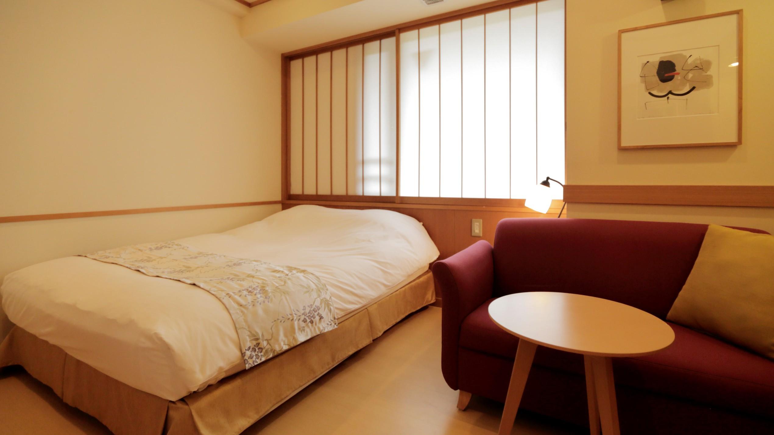 【新館:水花の庄】18m2セミダブルルーム。1人旅やカップルにおすすめのコンパクトな客室。