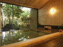 【星の湯/内湯】大きな窓から外の風景を眺めながら温泉を満喫。
