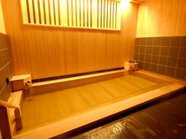 【花の湯/内湯】源泉かけ流しの檜風呂が自慢の内湯。