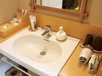 洗面台にはアメニティ、ドライヤーなどをご用意しております。