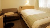 【本館:水月の庄】14㎡セミダブルルーム。1人旅やカップルにおすすめのコンパクトな客室。