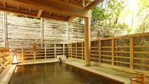 【笹の湯/露天風呂】開放的な緑を眺められる檜露天風呂。