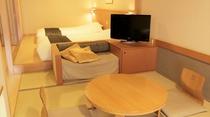 テレビ横のソファーマットの寝具を追加し、3名様での宿泊も可能。