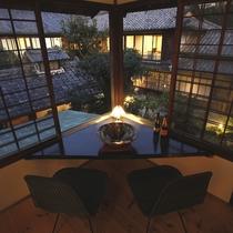 ■夜の中庭を見下ろす(別館 井筒楼)