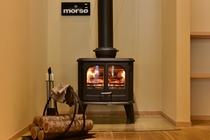 冬季には1階ロビーの薪ストーブに火が入り、柔らかな暖かさを演出してくれます