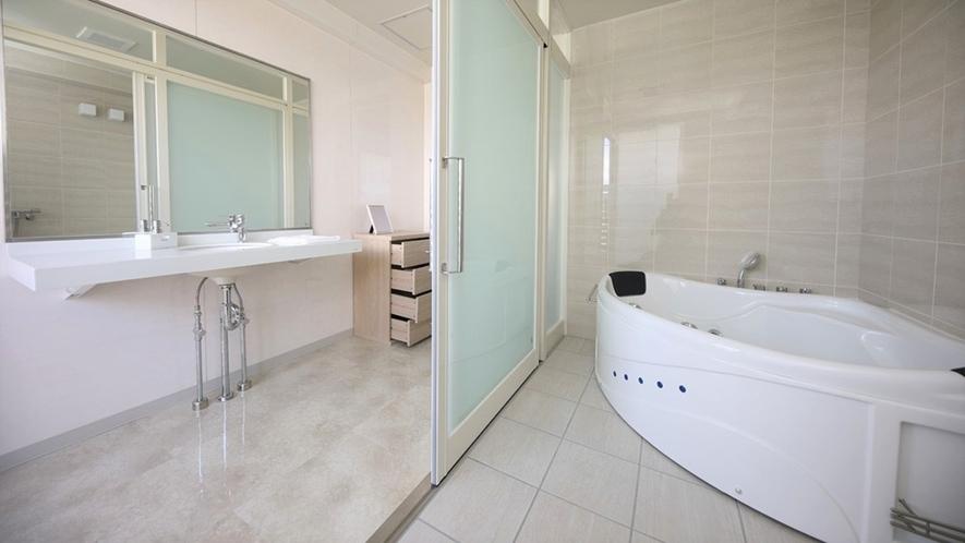 【プレミアムスイート】開放的なジャグジー付の浴室で、ゆったりとお楽しみ頂けます。