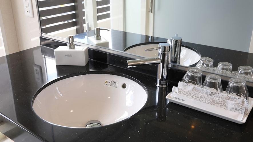 【プレミアムスイート】清潔感たっぷりの洗面室。