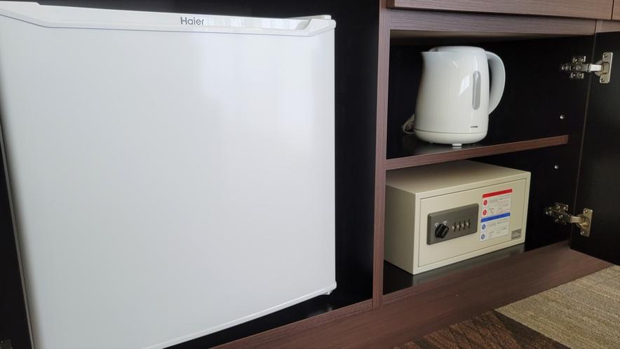 【客室設備】冷蔵庫・湯沸かしポット・金庫