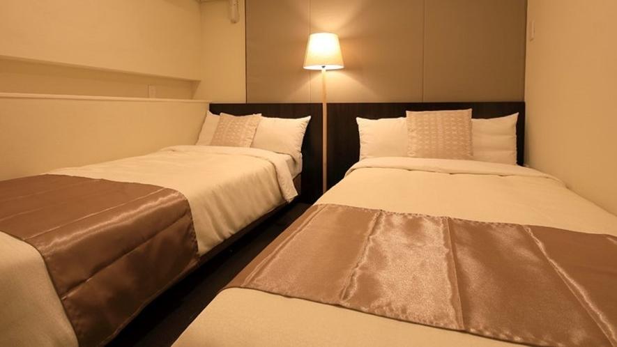 【プレミアムスイート】落ち着いた空間のベッドルーム。各部屋で異なるイメージカラーをお楽しみ下さい。
