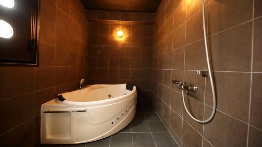 【ロイヤルスイート(2F)】モダンな雰囲気溢れるジャグジー付きの浴室