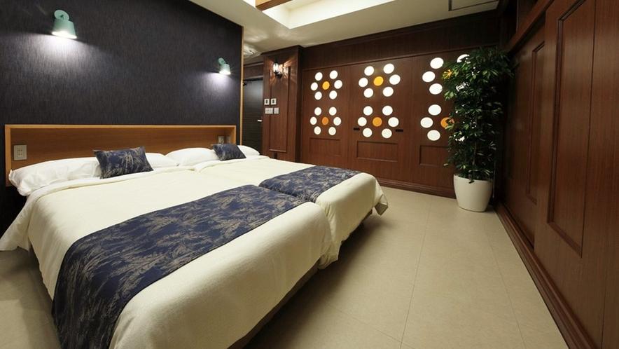【ロイヤルスイート(2F)】落ち着いた空間のベッドルーム。