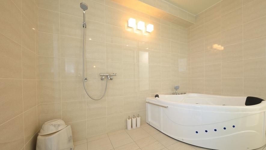 【プレミアムスイート】清潔感たっぷりの浴室は全室ジャグジー完備。
