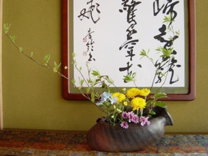 別館の玄関・花と書