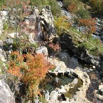 紅葉の中の大露天風呂(秋)