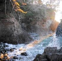 【神割崎】岩と岩の間から昇る日の出は2月中旬(11日-16日頃)と10月下旬(20-30日頃)にみら