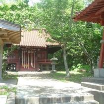 【尾崎神社】日の出と夕陽が同じ場所で見られる、珍しい景勝地です。