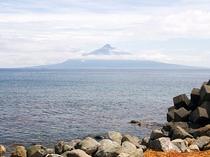 天気がいい時は利尻島の「利尻富士」が見えます