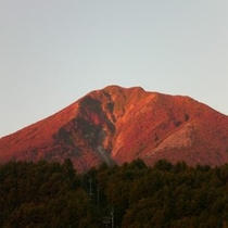赤く染まる磐梯山