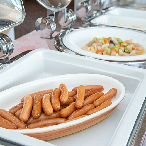 *【朝食バイキング】ウインナーやスクランブルエッグ。(一例)