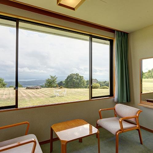 *【和室10畳】窓からの景色で、癒しの時間をお過ごしください。