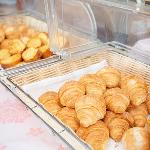 *【朝食バイキング】数種類のパンをご用意。(一例)