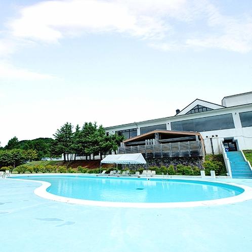 *【プール】南に面した屋外プールは、夏の太陽を浴びてリゾート満喫♪