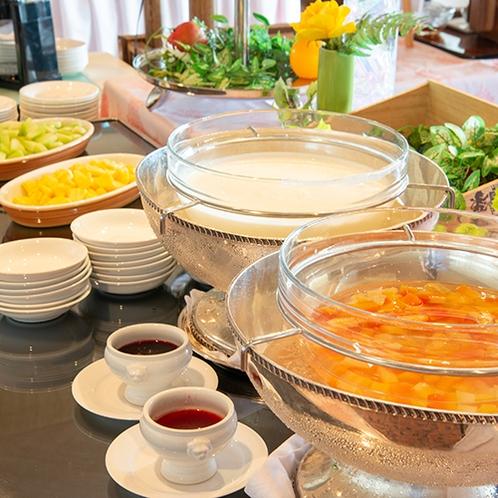 *【朝食バイキング】朝の目覚めに!ヨーグルトやフルーツ。(一例)