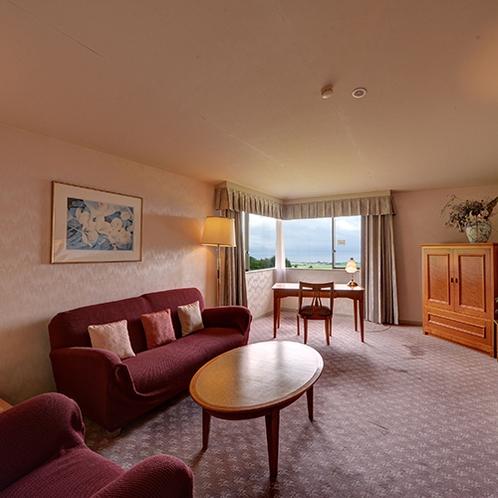 *【スイートルーム】広々としたお部屋は、リビングルームとベッドルームが分かれております。
