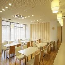 【プラン】 【レストラン】白を基調とした暖かい雰囲気が特徴。是非、当ホテル一押しのご朝食をどうぞ♪