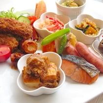 【朝食例】おいしい朝食をお召し上がり下さい♪メニューは日替わりで楽しめますよ〜