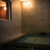 【サウナ】たっぷりと汗を流した後は、水風呂に浸かる。全身で感じる爽快感に、心も身体もリフレッシュ。