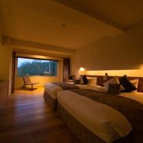 【ラグジュアリースイート和洋室】ベッドルームにはダブルベッドが2台。上質な眠りをお愉しみください。