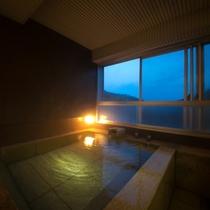 【客室展望風呂】全客室に石造りの展望風呂を完備。2~3人で足を伸ばして浸かっても余り有る広さです。