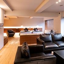 【スイート】洗練されたシンプルなデザインと木のぬくもりが調和する開放的な空間で寛げます。