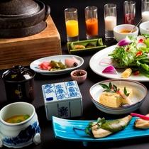 【朝食:和食】釜炊きごはんと、ごはんに合うおかずが並ぶ和食。目覚めの身体に優しいメニューです