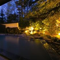 【露天風呂】満天の星空の下、硫黄の香りと夜風を肌に感じながら浸かる露天風呂は、格別の気持ちよさです。