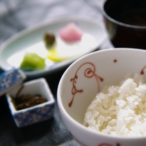 【食事】お料理の最後は釜で炊き上げた「ゆめぴりか」と香の物、留椀で締める。